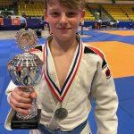 Milan Hippe (-50 kg) met de Team Beker van Judo Team Haaglanden